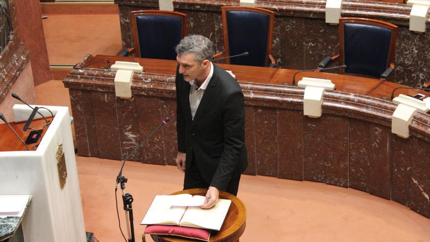 """Óscar Urralburu promete sobre la Constitución; el diputado de Podemos añadió """"para defender y garantizar los derechos humanos"""" / PSS"""