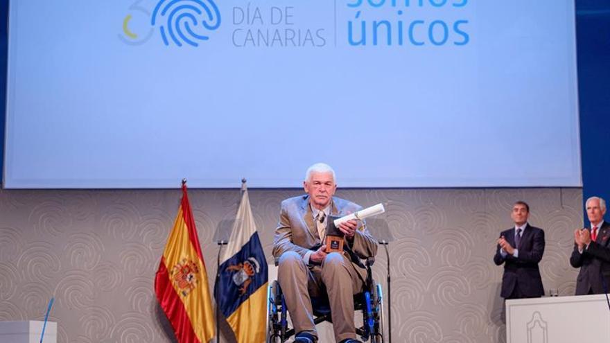 El antropólogo y escritor Ángel Sánchez Rivero posa con el Premio Canarias de Literatura 2018. EFE/Ángel Medina