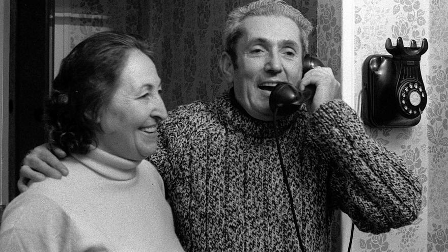 """MADRID, 30/11/1975.- El dirigente de CC.OO. condenado en el """"Proceso 1001"""", Marcelino Camacho, acompañado de su esposa, Josefina Samper, atiende una de la numerosas llamadas de teléfono que han recibido en su domicilio, con motivo de la salida de prisión del dirigente sindical, en aplicación de un indulto real."""