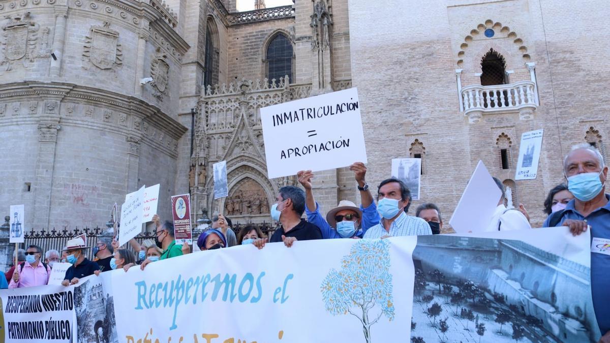 Concentración a las puertas de la Catedral de Sevilla para pedir la recuperación pública del patio de los naranjos y otros bienes inmatriculados