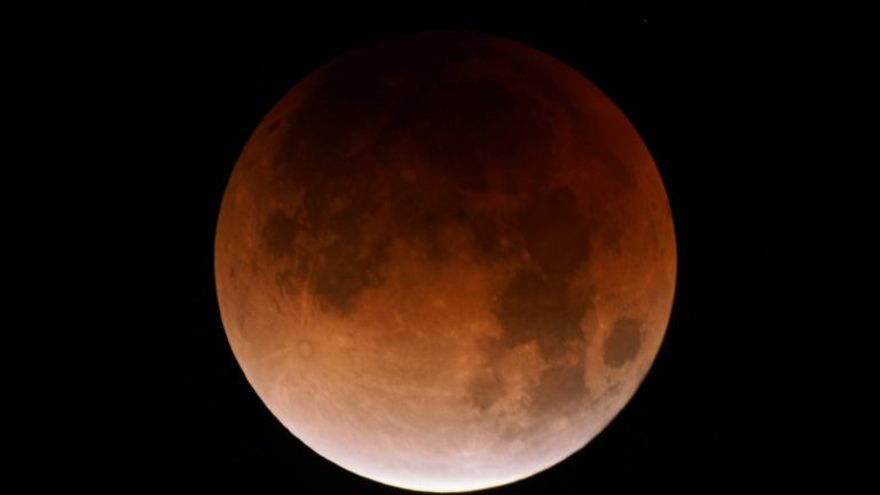 Fotografía de archivo de una luna roja o 'de sangre'. (EFE/EUGENE GARCIA)