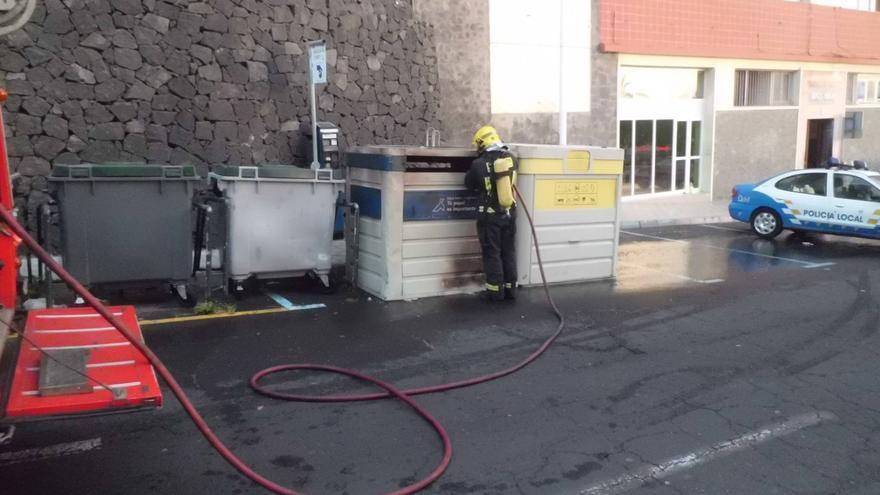 En la imagen, contenedor afectado por el incendio en la cuesta del Muelle de Santa Cruz de La Palma.. Foto: BOMBEROS LA PALMA