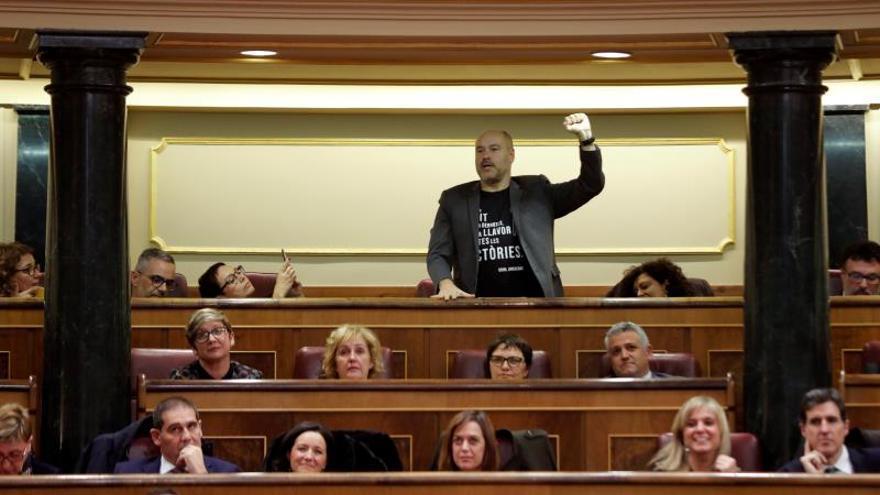 El dipuado de ERC, Jordi Salvador i Duch (c) protesta durante un momento de las votaciones a la Mesa del Congreso en la constitución de la XIV legislatura.