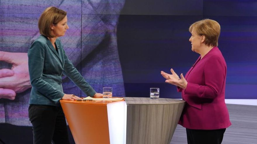 Merkel sale al paso de sus críticos y defiende acuerdo de coalición
