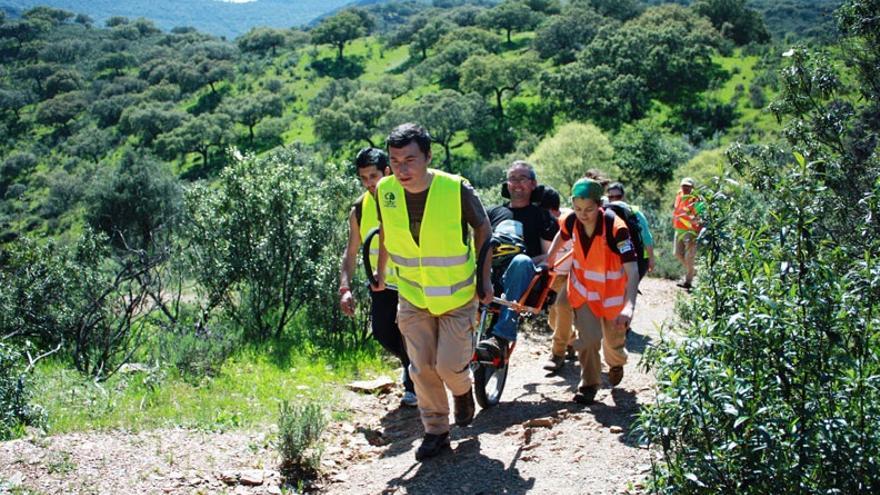 La joelette rueda por el Berrocal de Trujillo / Fundación Global Nature