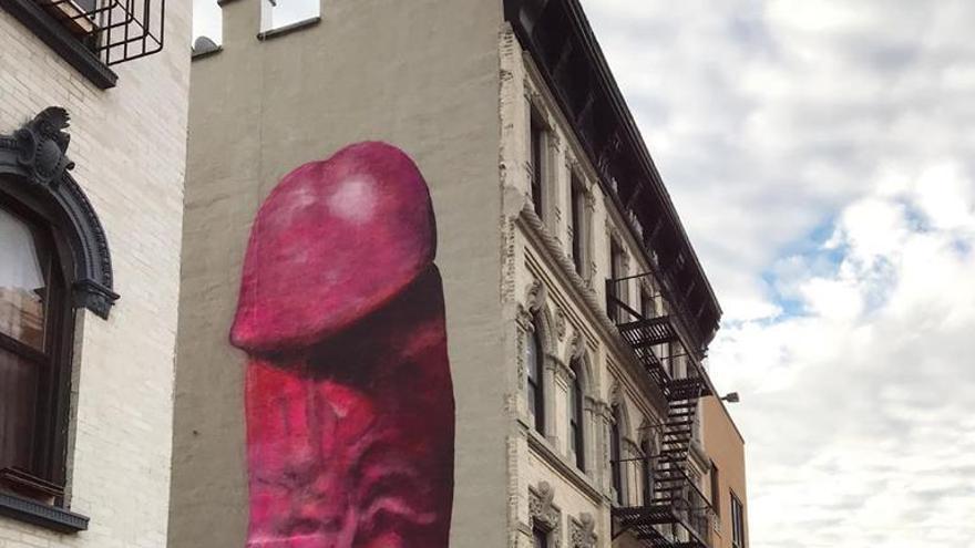 El dibujo del pene obra de Carolina Falkholt en el lateral de un edificio de Manhattan.