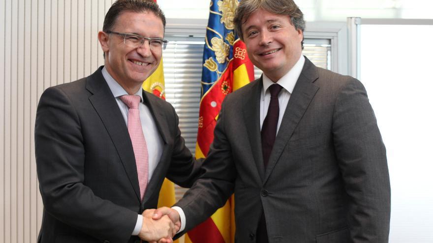 Serafín Castellano con su sucesor en la Conselleria de Gobernación y Justicia, Luis Santamaría.