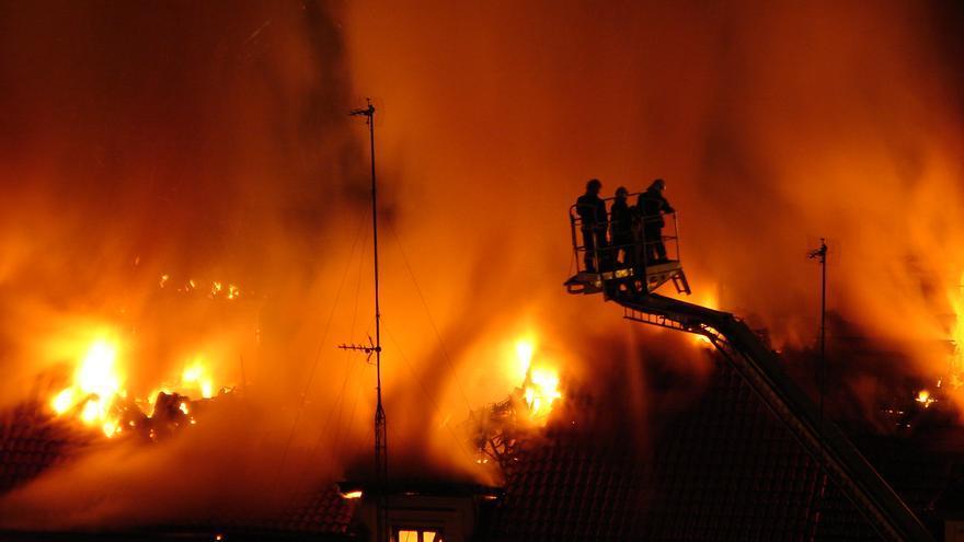 Los bomberos trabajan para sofocar el incendio originado durante la madrugada.