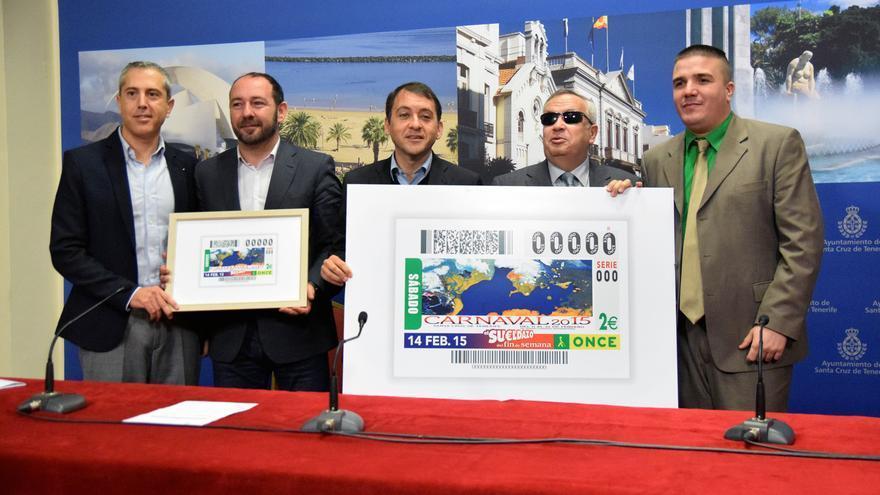 El autor de la obra junto a representantes del gobierno municipal y de la ONCE.