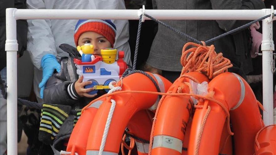 Rescatan a 969 inmigrantes y trasladan a puerto italiano a doce fallecidos