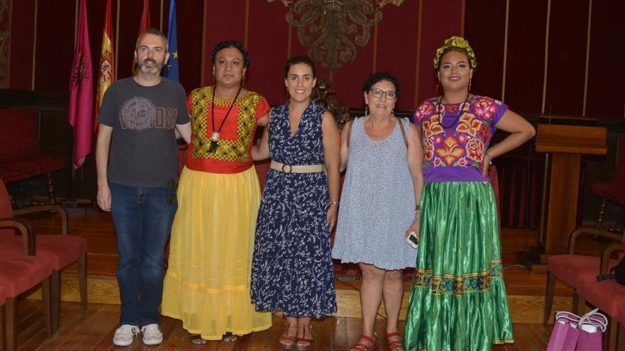 Las activistas mexicanas Amaranta Gómez Regalado y Dayana Gallego Castillejos junto a la presidente de Fundación Triángulo, el secretario provincial de CCOO y la concejala de Igualdad del Ayuntamiento de Toledo / Ayuntamiento de Toledo