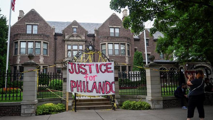 Acusado de homicidio el policía hispano que mató a un afroamericano en Minesota
