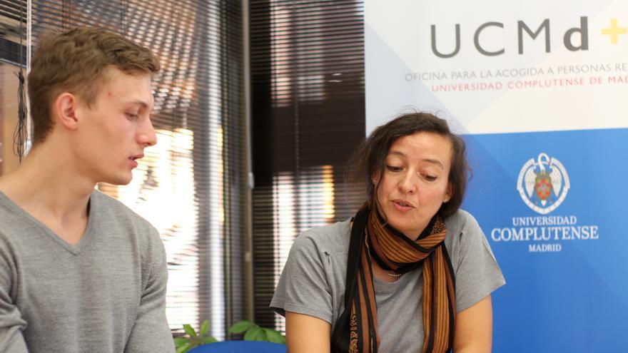 Marta Amador, coordinadora adjunta del Plan de Acogida a Personas Refugiadas de la UCM, asesora a Vitali, un solicitante de asilo ucraniano que acaba de comenzar las clases en la universidad. Espera completar las asignaturas que le exigen para poder homologar su título de enfermería | Foto: P.R.