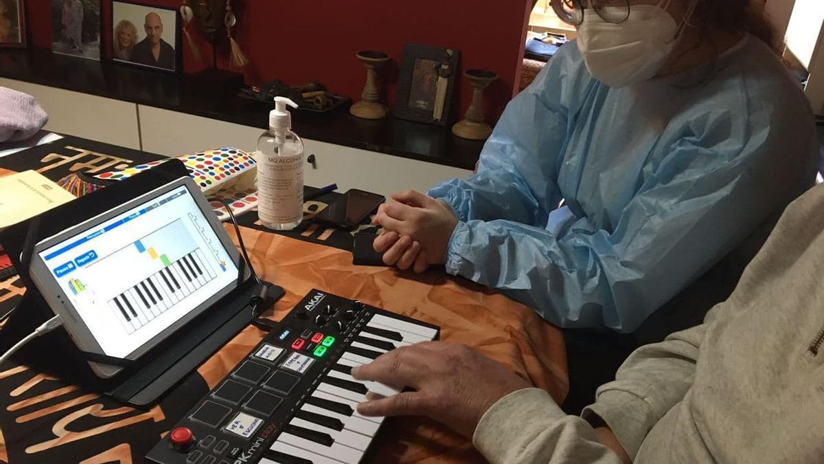 Una terapeuta ayuda a un enfermo a utilizar la app basada en MST.