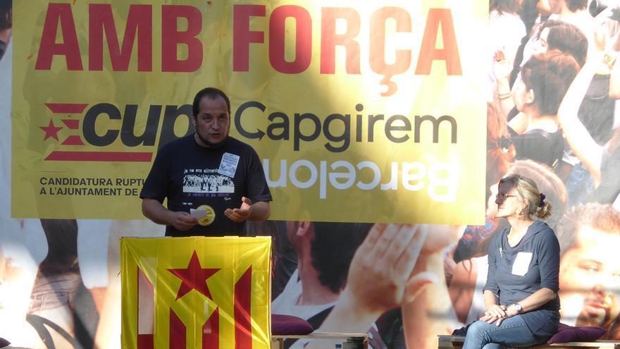 El diputat David Fernàndez i la candidata Maria José Lecha durant l'acte central de la CUP a Sant Andreu / João França