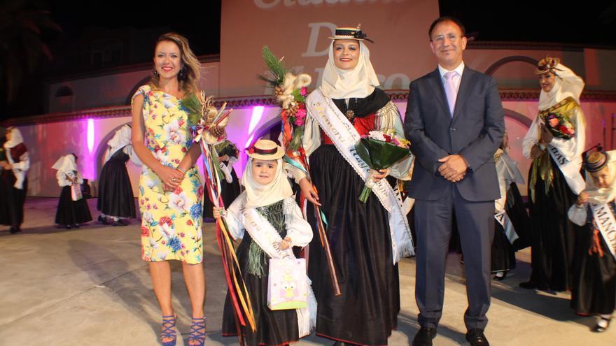 El alcalde de El Paso con las Romeras Mayores de las Fiestas Trienales.