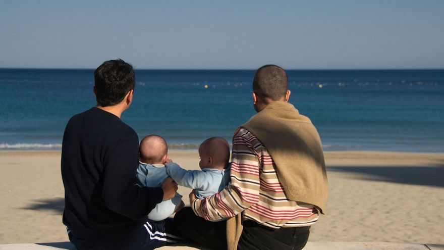 El matrimonio que lucha por que sus hijos nacidos de vientre de alquiler sean reconocidos en España.