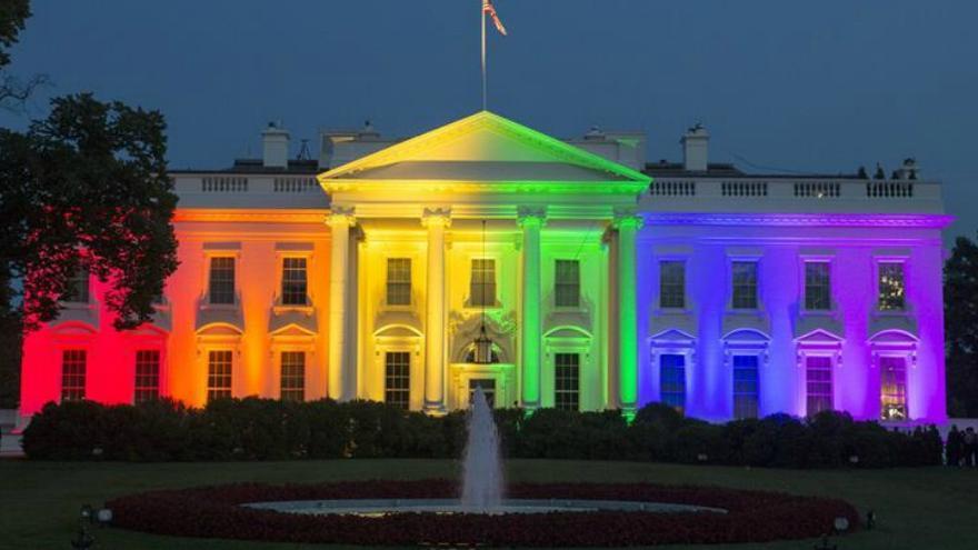 La Casa Blanca luciendo los colores de la bandera LGBT tras la decisión de la Corte Suprema. Fuente EFE.