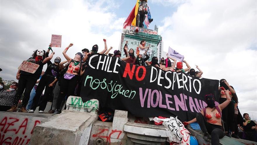 Decenas de mujeres protestan este lunes por la defensa sus derechos con motivo del Día Internacional de la Eliminación de la Violencia contra la Mujer, en la céntrica Plaza Italia, rebautizada como 'Plaza de la Dignidad' durante las protestas de las últimas semanas, en Santiago (Chile).