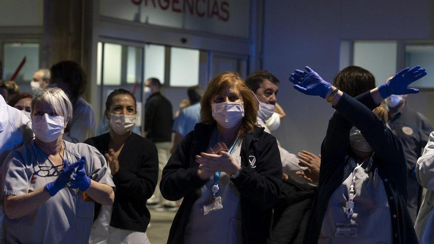 Personal sanitario de Valdecilla aplaude en la entrada de Urgencias | JOAQUÍN GÓMEZ SASTRE