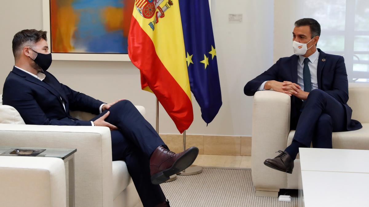 El presidente del Gobierno, Pedro Sánchez, durante su reunión con el portavoz de ERC, Gabriel Rufián (i), en el Palacio en La Moncloa. EFE/J.J. Guillén/Archivo