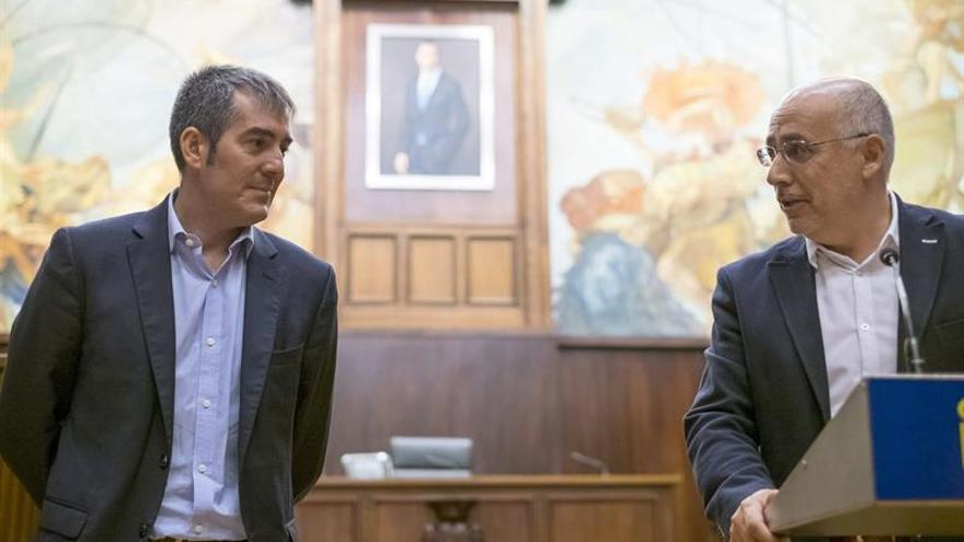 El presidente del Cabildo de Gran Canaria, Antonio Morales (d), durante su comparecencia tras reunirse este sábado con el presidente del Gobierno de Canarias, Fernando Clavijo (i). EFE/Ángel Medina G.