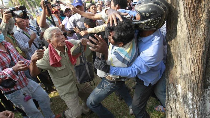 Enfrentamientos entre la policía y los manifestantes en Camboya