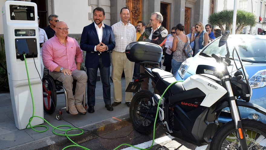 Presentación de los puntos de recarga de vehículos eléctricos en Santa Cruz