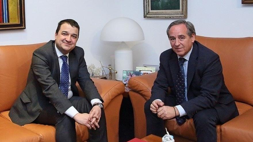 Ángel Nicolás en una reciente reunión con el consejero de Agricultura, Francisco Martínez Arroyo
