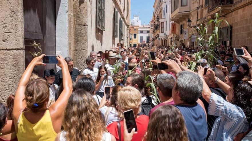 Aglomeración en una celebración espontánea de la fiesta de San Juan en Ciutadella | EFE