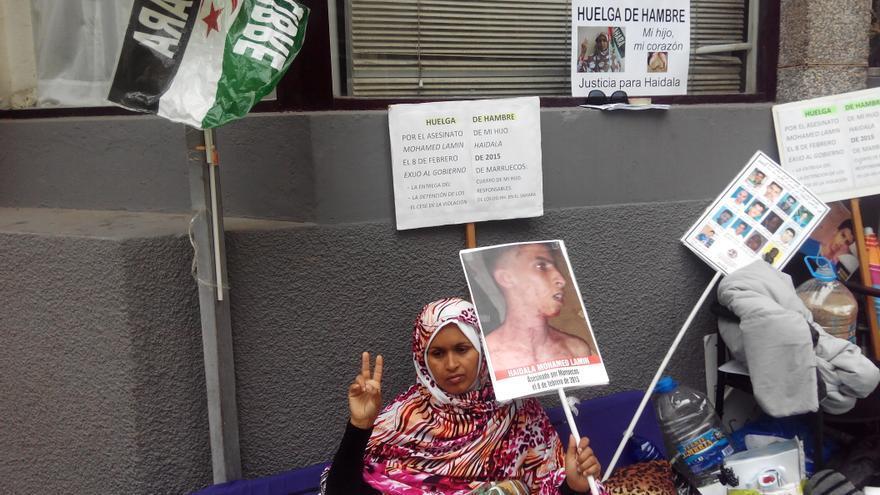 Tekber Haddi, enfrente del consulado de Marruecos en Las Palmas de Gran Canaria donde permanece desde el viernes en huelga de hambre.