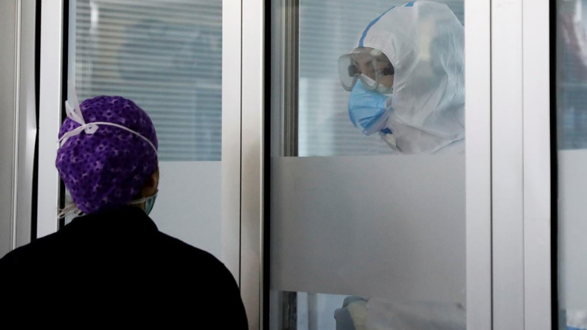 Personal sanitario de la UCI del hospital clínico de Valencia. EFE/ Juan Carlos Cárdenas/Archivo