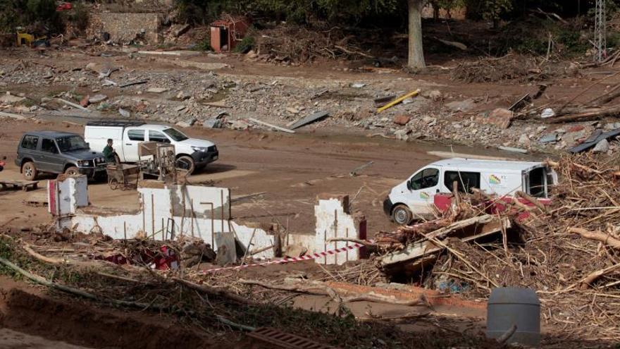Vecinos trabajan en las tareas de limpieza y desescombro en una bodega totalmente arrasada en L'Espluga de Francolí (Tarragona) a causa del temporal.