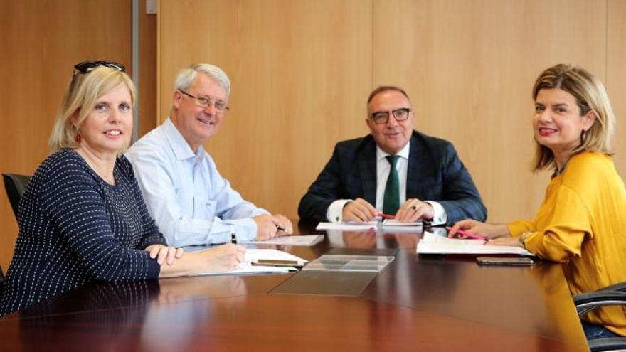 Julián González (izquierda), en una reunión reciente con el consejero de Sanidad, José Manuel Baltar