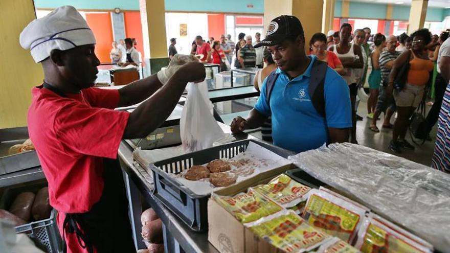 El primer año de restablecimiento diplomático con EEUU no mejora la economía cubana
