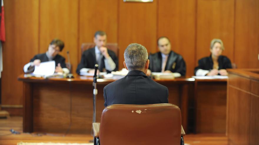 Un acusado presta declaración durante una vista en Las Salesas.   Joaquín Gómez Sastre