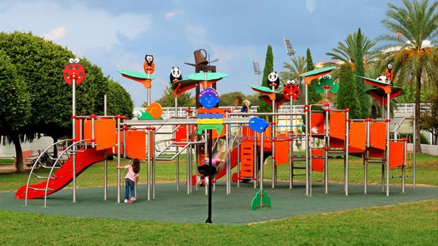 Unos juegos infantiles ubicados en el antiguo cauce del río Turia, en Valencia / mobiliariosurbanos.com