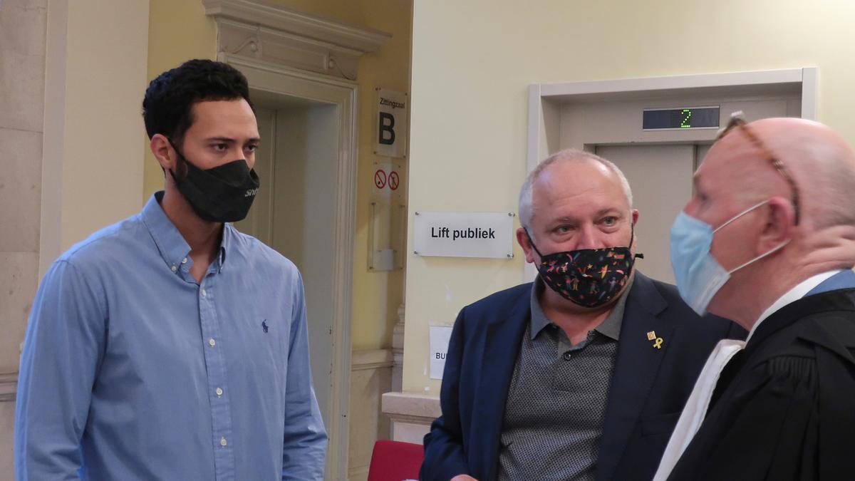 El rapero Josep Miquel Arenas, Valtònyc, habla con su abogado Paul Bekaert y con el exconseller catalán de Cultura Lluis Puig, antes de entrar a la vista sobre su euroorden en el tribunal de Gante.