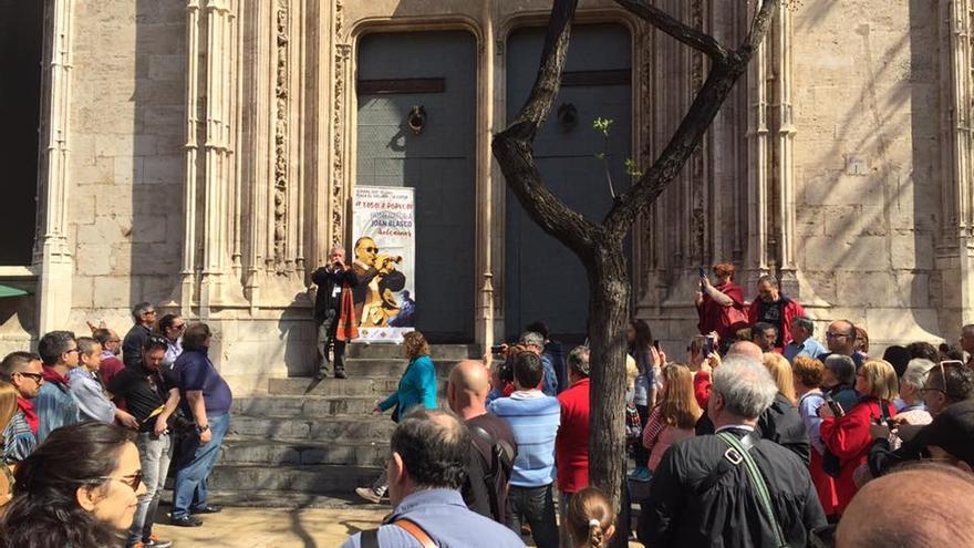 El hijo de Joan Blasco, Paco Blasco, tocando la dolçaina en la 'tabalà' del año pasado