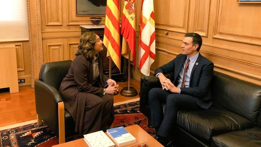 La alcaldesa de Barcelona recibe al presidente Sánchez en el ayuntamiento de la capital catalana