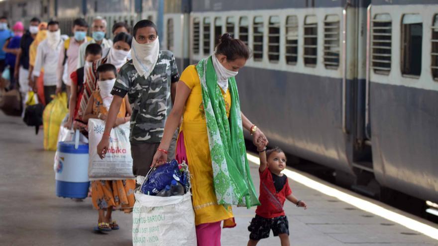 Trabajadores migrantes vuelven de sus pueblos a la ciudad tras el levantamiento del confinamiento en India
