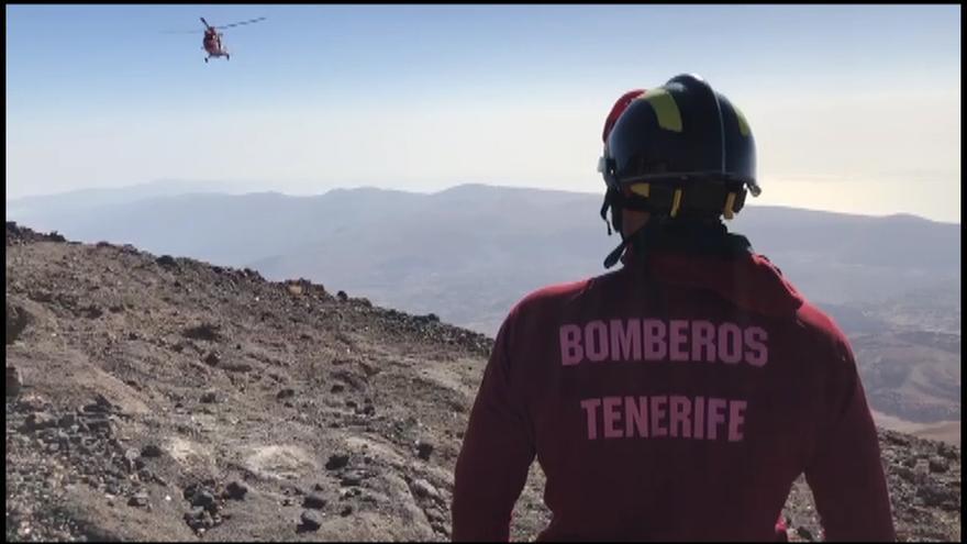 Momento del rescate, con un bombero profesional y la aeronave del GES, en el Teide