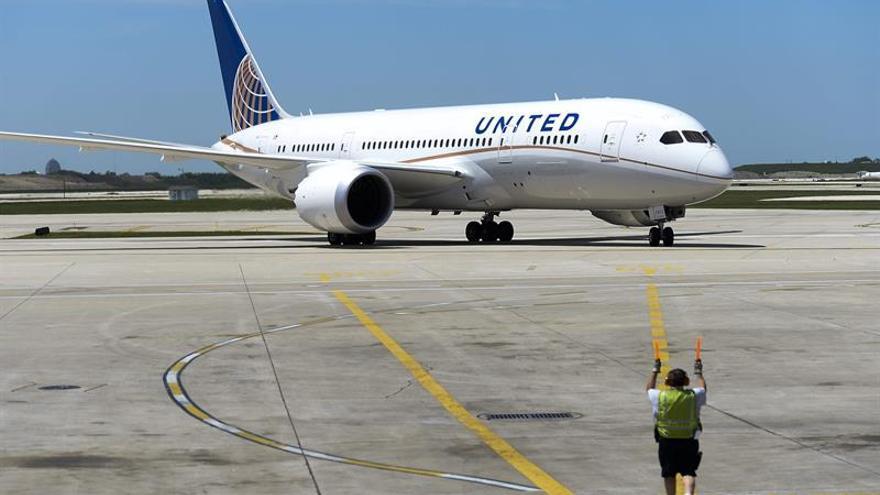 La aerolínea United se disculpa tras echar por la fuerza a un pasajero de un vuelo