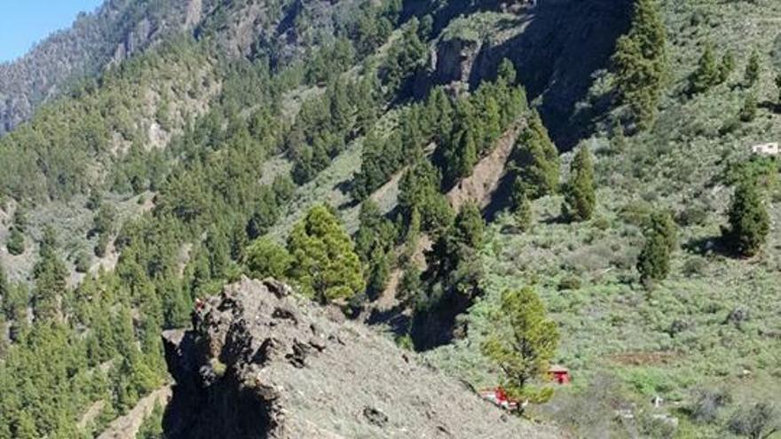 En la imgen, un momento devla intervención ralizada en el zona del Mirador de La Cancelita. Foto: BOMBEROS LA PALMA.