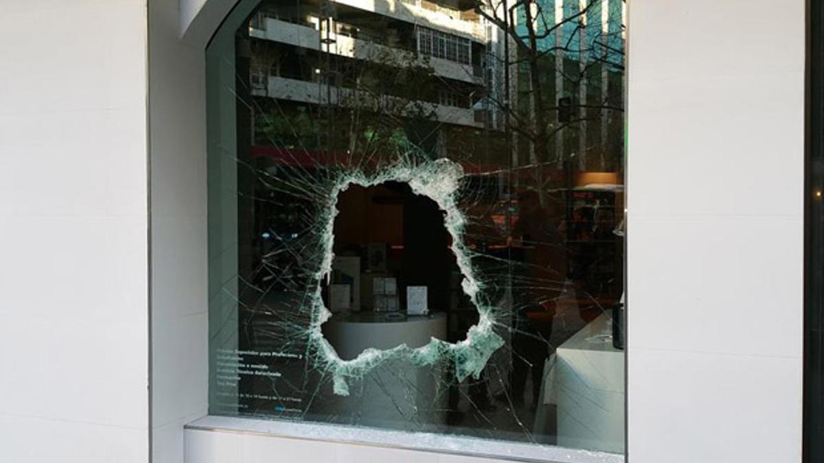Imagen del robo que sufrió la tienda Rossellimac en 2015.