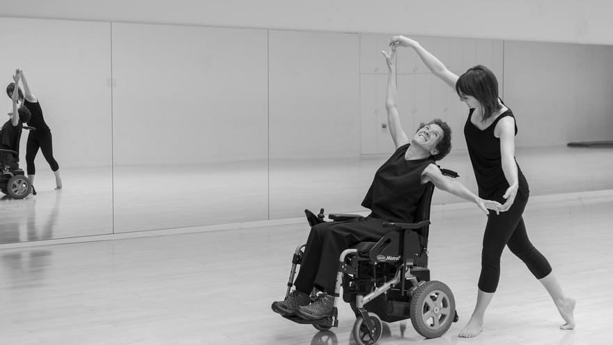 El Aulario de la UPNA acoge una exposición sobre la vida cotidiana de las personas con esclerosis múltiple
