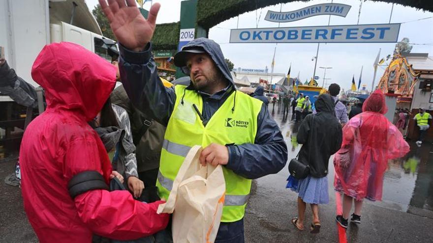 Adoradores de la Oktoberfest desafían a la lluvia y las alertas en Múnich