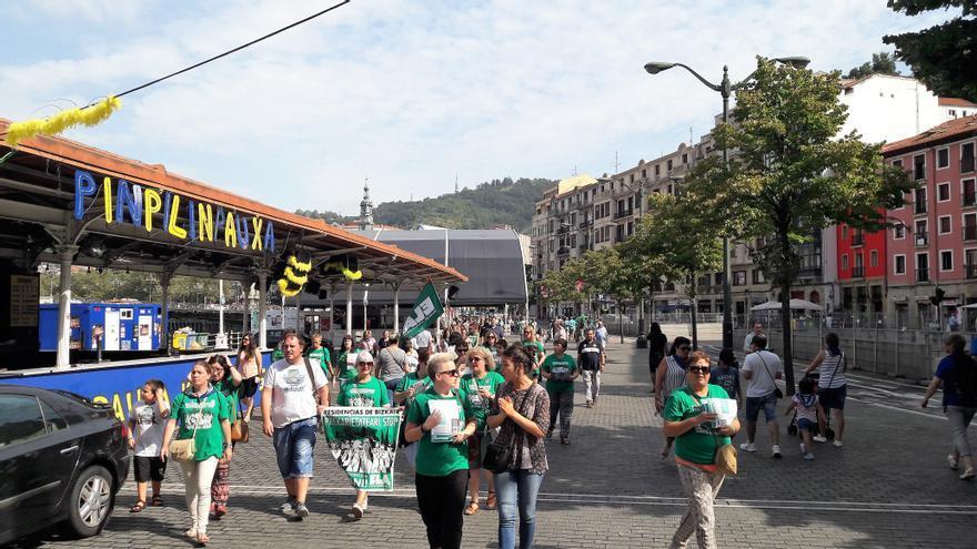 """Pese a que, en un principio, el Ayuntamiento ha prohibido su entrada en El Arenal por tratarse de un """"recinto festivo"""", las trabajadoras marchan hacia allá."""