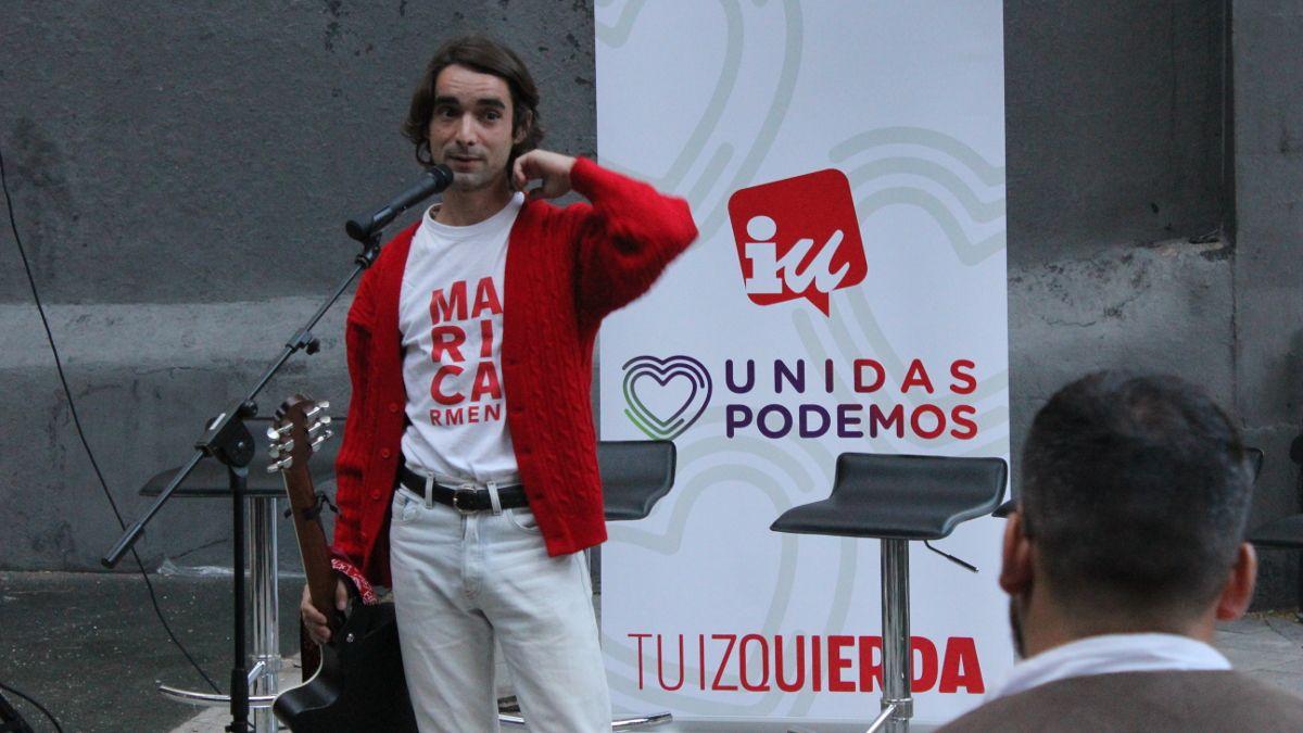 El cantautor Nacho Laborda en el acto electoral de IU-Unidas Podemos en la Plazuela de la Memoria Trans | SOMOS CHUECA