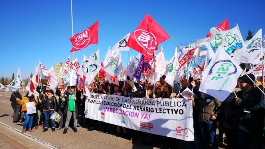 Imagen de la protesta del personal docente ante la sede de la Consejería de Educación.